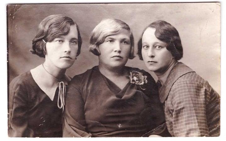 Слева Ирина Трифоновна Чубукова, в центре, предположительно, Мария Степановна Васильева (Чубукова). Фотография сделана в городе Костанай. Ноябрь 1937 года.