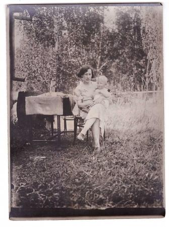 Ирина Трифоновна с сыном через месяц после осуждения мужа. Июль 1937 года.